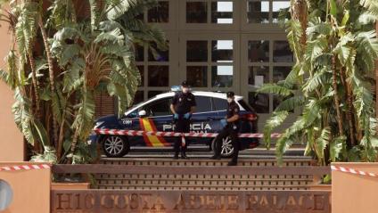 Dos agents fan guàrdia davant de l'hotel de Tenerife on clients i personal estan sota vigilància sanitària després de l'aparició de dos casos de coronavirus