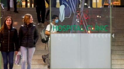 A l'entrada de l'hospital Clínic, on hi ha ingressada la primera pacient amb Covid-19 del país, ahir al vespre ja s'hi veien mascaretes