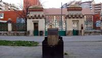 El momument a Lluís Companys sense el bust, situat davant el teatre de l'Escurxador de Lleida