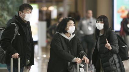 Gent amb mascaretes a l'Aeroport del Prat l'11 de febrer