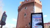 En primer terme, un cartell amb la portada de L'indepéndant on hi apareix Carles Puigdemont; al fons, el Castellet amb una senyera aquest 26 de febrer