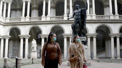 Dues turistes a Milà, en un buit Museu Brera