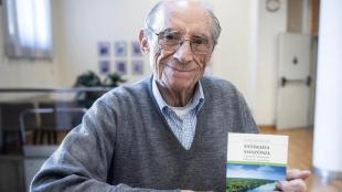 Víctor Codina amb l'exemplar en català de l'exhortació apostòlica 'Estimada Amazònia' (Claret), de Francesc