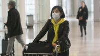 Una turista asiàtica arribant a l'aeroport de Barcelona