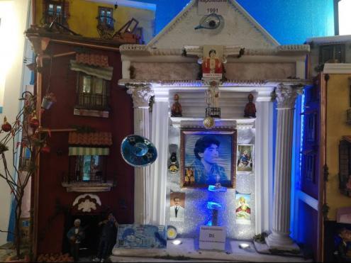 Dues imatges del Nàpols de Maradona. El mural al Quartieri Spagnoli i l'altar del Bar Nilo