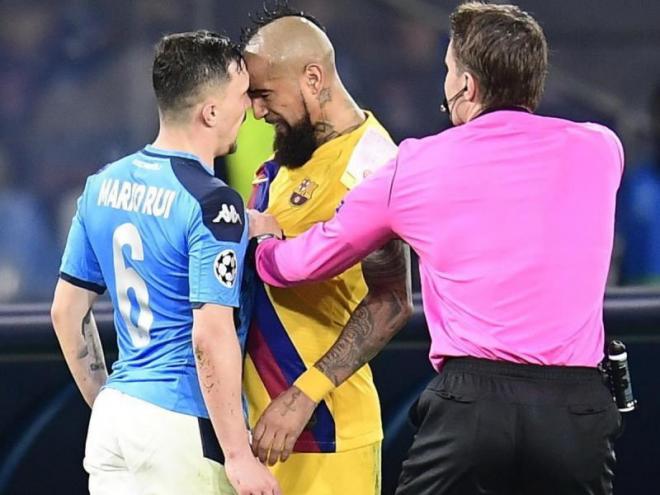 Arturo Vidal va ser expulsat després d'aquesta picabaralla amb Mario Rui i serà baixa en el partit de tornada