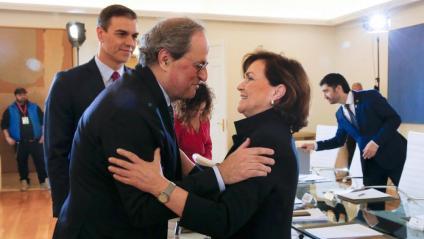El president Torra saluda la vicepresidenta espanyola Carmen Calvo a la Moncloa en presència de Pedro Sánchez