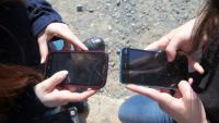 Dues joves amb mòbils