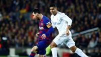 Messi condueix la pilota davant la mirada de Casemiro en l'últim clàssic, jugat al Camp Nou el 18 de desembre passat