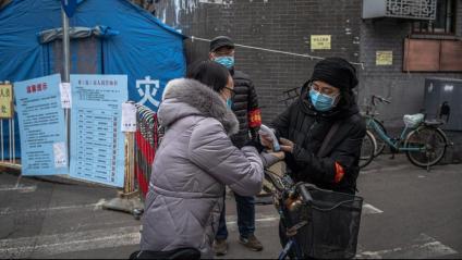 Voluntaris ofereixen mesures protectores contra el coronavirus a Pequín