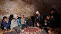 Desplaçats sirians aixoplugats en un refugi antiaeri subterrani a Taltuna, al nord-oest d'Idlib