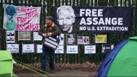 Partidaris d'Assange protesten a les proximitats del tribunal que el podria extradir als Estats Units