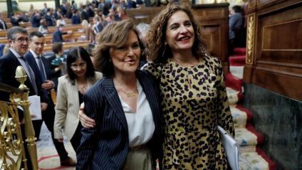 Calvo i Montero abandonant ahir l'hemicicle després de celebrar l'aprovació del sostre de despesa gràcies a ERC
