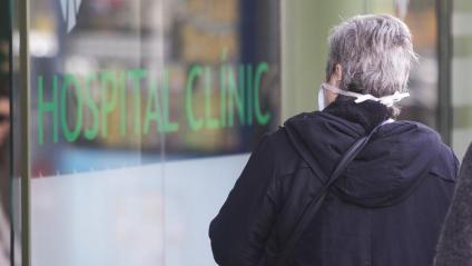 Una persona accedint a l'hospital Clínic