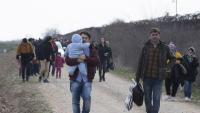 Refugiats sirians caminen al costat de la frontera amb Grècia, a la banda de Turquia