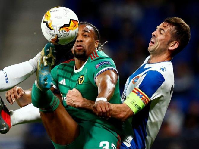Víctor Sánchez lluita una pilota amb Adama Traoré en el partit d'aquesta tarda.