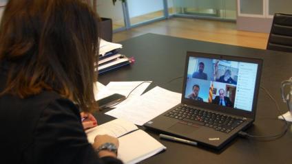 La portaveu del govern, Meritxell Budó, fent una videoconferència amb el president, Quim Torra, i altres membres del govern
