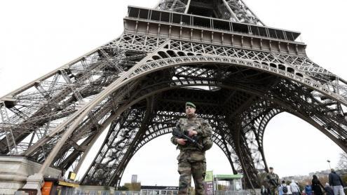 <b>L'exèrcit francès</b> va desplegar els seus efectius després de l'atac del grup gihadista a la sala Bataclan de París. A la imatge, un soldat davant la torre Eiffel