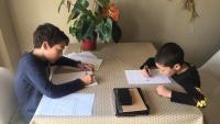 """Nous hàbits. L'Oriol i en Bernat han ocupat el menjador per fer els deures conjuntament, tot i que fan cursos diferents. Els agraden sobretot les tardes perquè són """"més mogudes"""""""