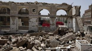 Un barri de la capital iemenita, Sanà, reduït a runa a causa d'un bombardeig de la coalició liderada per l'Aràbia Saudita, el 26 de març