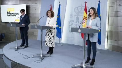 El ministre de Sanitat, la ministra portaveu i la ministra de Treball, durant la roda de premsa posterior a la reunió del Consell de Ministres d'ahir