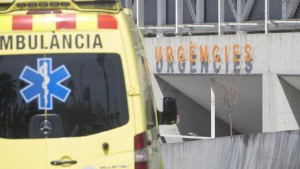Una ambulància arribant aquesta setmana al servei d'urgències de l'hospital del Mar de Barcelona