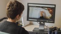 El Xavier accedeix a través de l'ordinador al contingut de cada matèria. A les diferents plataformes digitals, els professors pengen cada dia activitats i deures. Fins i tot expliquen temes