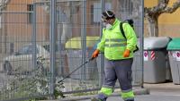 Un treballador municipal d'Olesa de Montserrat desinfectant la residència