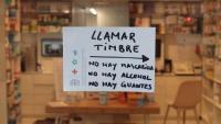 """Una farmàcia de València amb un cartell de """"o hi ha mascaretes, ni alcohol ni guants"""""""