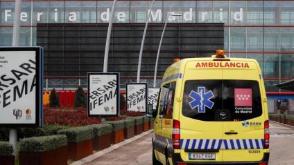 Una ambulància arribant a la Fira de Madrid, convertit en hospital