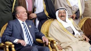 Joan Carles I, amb l'emir de Kuwait , el xeic Sabah al-Ahmad al-Sabah, en una desfilada militar a Subiyah Road, el 2011