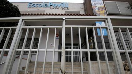 L'escola Povill, d'Olesa, tancada amb pany i forrellat