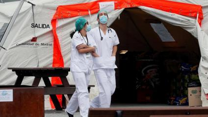 Dos professionals sanitars a l'exterior de l'Hospital d'Ifema, a Madrid