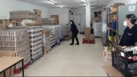 Voluntaris treballant ahir al magatzem de Lloret, on s'ha obert un torn extra