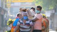 Un grup de persones es desplacen amb un vehicle a Calcuta durant el confinament general dictat pel govern