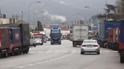 Camions i furgonetes, ahir, al polígon de la Ferreria de Montcada i Reixac, on hi ha indústries alimentàries com ara Maheso i Productos Aditivos