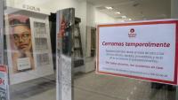 Una òptica tancada pel coronavirus amb un cartell informatiu