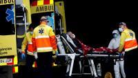 El personal sanitari trasllada un malalt a l'hospital de Bellvitge