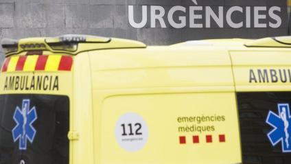 Una ambulància a les urgències de l'Hospital Taulí de Sabadell