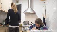 Una alumna fa deures a casa durant el confinament provocat per la pandèmia