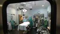 Preparació d'una sala d'operacions del Trueta per a una cirurgia cardíaca