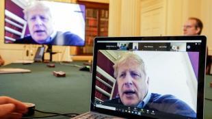 Johnson, primer ministre britànic, en quarantena pel coronavirus, reunit per videoconferència amb l'equip de crisi per la Covid-19