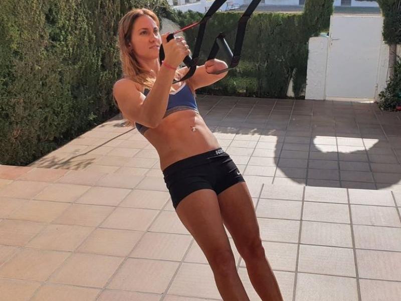Sarai Gascón, fent exercicis en un petit pati de casa dels seus pares a Creixell