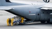 Personal sanitari trasllada un malalt de Covid-19 a l'aeroport de Dresden procedent d'Itàlia