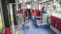 Interior d'un autobús de Barcelona, pràcticament buit i amb el passatge protegit