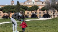 Una dona amb el seu fill passeja, ahir, per la zona del Circo Massimo, a Roma