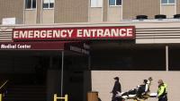 Personal sanitari trasllada un pacient al servei d'emergències d'un hospital de Brooklyn, a Nova York