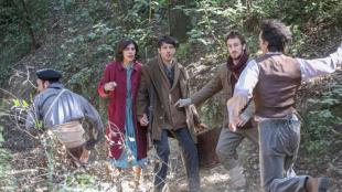 Roser Tapias, Marcel Borràs i Joan Amargós, al centre, es troben amb refugiats republicans que fugen dels soldats franquistes