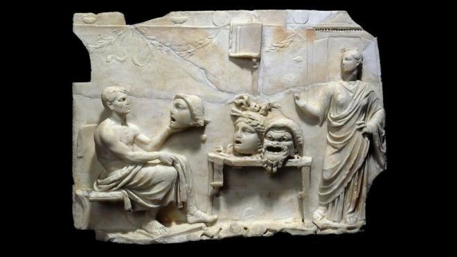 Peça clàssica grega en marbre d''El malcarat' de Menandre