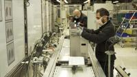 Operaris treballant a Seat en el prototip de respirador que es fabricarà en sèrie